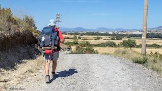 Un peregrino avanza por el Camino de Santiago que pasa por la comarca de la Jacetania