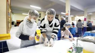 Alumnos del Colegio Sagrada Familia elaboran su roscón de San Valero.