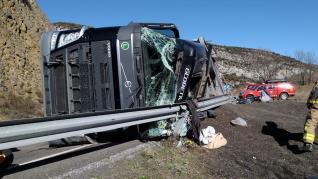 Accidente de un camión de pipas en la N-230