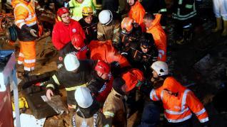 Bomberos y servicios de rescate, junto al avión siniestrado.