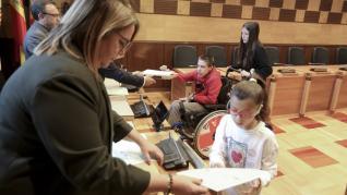 El alcalde de Huesca, Luis Felipe, ha recibido a los 26 consejeros y consejeras en el salón de plenos.