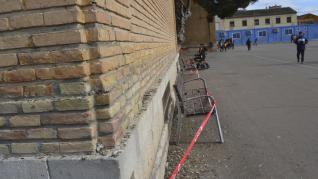 Desperfectos y suciedad de palomas en el colegio de Tauste.