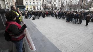 Fotos de la protesta de los trabajadores de Opel PSA en la plaza de España en Zaragoza