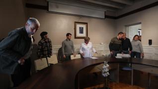 Pleno del Ayuntamiento de Broto y banderas a media asta tras el asesinato de Geovanny Valencia