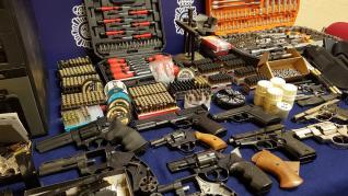 Armas y munición incautada en el domicilio del acusado.