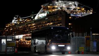 Un autobús espera en el puerto de Yokohama para transportar a pasajeros de Hong Kong evacuados del 'Diamond Princess'.