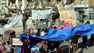 Imágenes de la concentración contra el embalse de Biscarrués en la plaza de Navarra de Huesca.