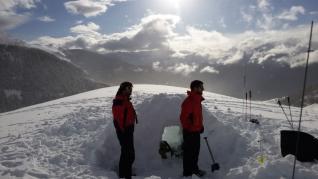 Construcción de igloos en el Pirineo.