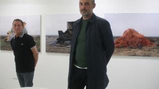 Almalé y Bondía ante su obra en La Casa Amarilla en JustMad 2020.