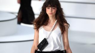 Un bolso de bandolera con asa de perlas de Chanel.