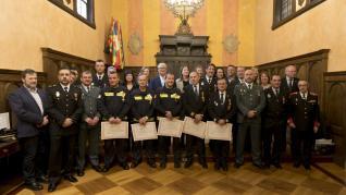 En el acto celebrado en el Salón del Justicia del Ayuntamiento de Huesca han sido galardonados bomberos, policías locales, policías nacionales y guardias civiles.