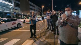 Los taxistas de Zaragoza hacen su particular homenaje a los sanitarios