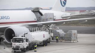 Descarga del avión procedente de China con material sanitario.