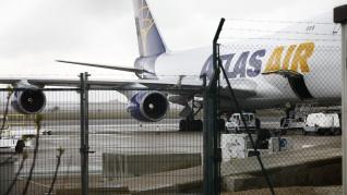 Un Boeing 747-400 de Atlas Air ha aterrizado a las 11.37, procedente de China, cargado con material sanitario para las autonomías, además de ropa de la multinacional.