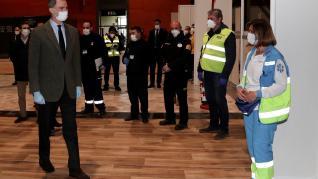 El rey, con mascarilla y guantes, visita el hospital de Ifema (Madrid)