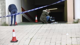 La Policía en la puerta del garaje donde tuvo lugar el suceso