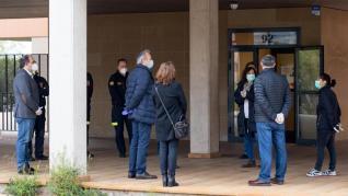 Azcón ha realizado esta visita a primera hora de este martes y ha estado acompañado por el concejal delegado de Bomberos, Alfonso Mendoza; y la concejal delegada de Vivienda, Carolina Andreu.