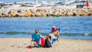 Grupos de familias se saltan la prohibición y llenan la playa de Ponent de Salou