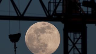 Imágenes que deja la luna llena en España.