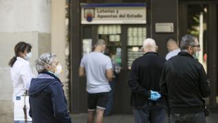 Afluencia en la reapertura de las administraciones de lotería, en Zaragoza.