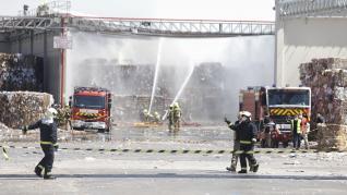 Incendio en una celda de almacenaje de papel de Saica en Zaragoza