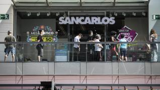 El centro comercial de Puerto Venecia en Zaragoza ha registrado este sábado una gran afluencia de ciudadanos