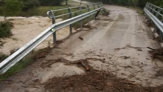 El desbordamiento del barranco de Atarés por la tormenta de este domingo por la tarde corta la N-240 durante media hora. También se ha visto afectada la HU_V_3003.