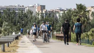 Las riberas del Ebro y el Parque del Agua de Zaragoza se han llenado de paseantes, deportistas, bicis y patines