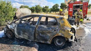 un coche se choca contra una farola y termina en llamas