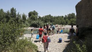 Grupos de bañistas en Peñaflor (Zaragoza) este domingo, 28 de junio.