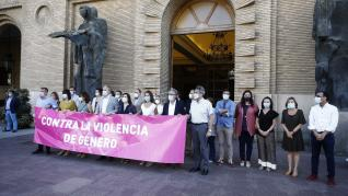 """Numerosos ciudadanos y colectivos contra la violencia machista o de mujeres discapacitadas se han sumado a la protesta convocada por el Ayuntamiento de Zaragoza al grito de """"si tocan a una, tocan a todas""""."""