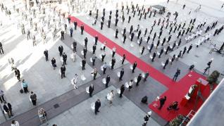 Discursos cargados de sentimiento, flores blancas y los acordes de un violonchelo han servido este martes para rendir homenaje a las víctimas de la covid-19 pero también a quienes durante la pandemia han estado trabajando por Zaragoza.