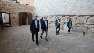 Don Felipe y doña Letizia han llegado a la cuna del Reino de Aragón a las 11.00, acompañados entre otras muchas autoridades, del presidente aragonés Javier Lambán y del ministro de Cultura, José Manuel Rodríguez Uribes.