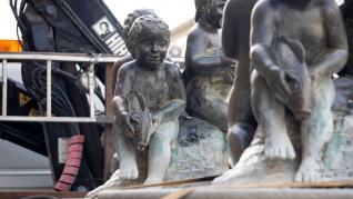 Una de las fuentes de 'Niños con peces' retiradas de la plaza del Pilar para su restauración.