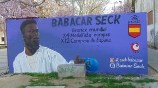 Las pintadas nazis y racistas aparecieron en un mural que le habían dedicado en el barrio Oliver de Zaragoza donde reside. El Ayuntamiento de Zaragoza ha anunciado que promoverá el repintado del mismo tras retirar las pintadas.