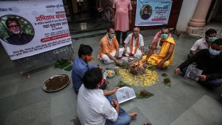 Ritos y oraciones por Amitabh Bachchan.