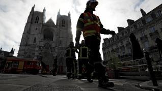Decenas de bomberos participan desde la madrugada de este sábado en la extinción del fuego.