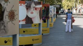 La Gran Vía de Zaragoza se ha convertido este jueves en una sala de exposiciones al aire libre para albergar la particular visión de 40 artistas locales sobre el confinamiento