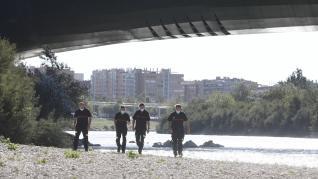 Los Bomberos de Zaragoza han retomado este lunes por la mañana la búsqueda del camionero que desapareció este domingo en el Ebro, cuando trataba de cruzarlo a nado.