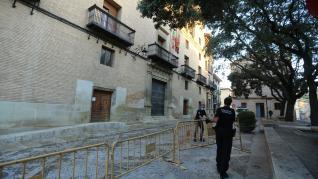 Las calles de Huesca han amanecido con poca gente, pero con grupos de vecinos de blanco y verde.