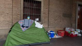 Los desalojados del hotel San Valero se han instalado en plena plaza del Pilar.