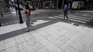 Avanzan a buen ritmo las obras para evitar resbalones en las aceras de Don Jaime en Zaragoza