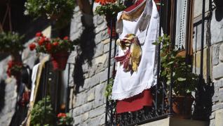 La 50ª edición del Día del Traje Ansotano se ha celebrado en los balcones.