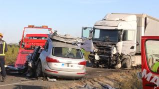 Tres personas han fallecido este jueves en un choque frontal de un camión y un turismo en la A-131, en Chalamera.