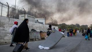 Los refugiados afectados han tenido que cargar con sus cosas y pasar la noche en carreteras o campos cercanos.