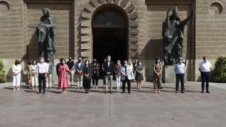 Foto del minuto de silencio del Ayuntamiento de Zaragoza por el asesinato de la niña de cuatro años en el barrio de Las Delicias.