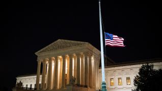 Ciudadanos en la puerta del Supremo de Estados Unidos tras la muerte de la jueza Ruth Bader Ginsburg.
