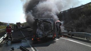 Camión incendiado en la A-2 tras chocar con un coche a la altura de La Muela.