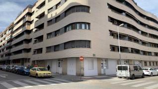 Bajos convertidos en apartamentos en un edificio de Huesca.