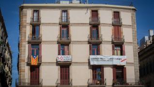 Concentración frente al Palau de la Generalitat tras la inhabilitación de Torra.